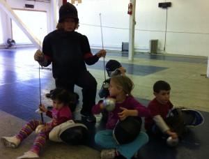 Наталия Максимович преподает фехтование малышам